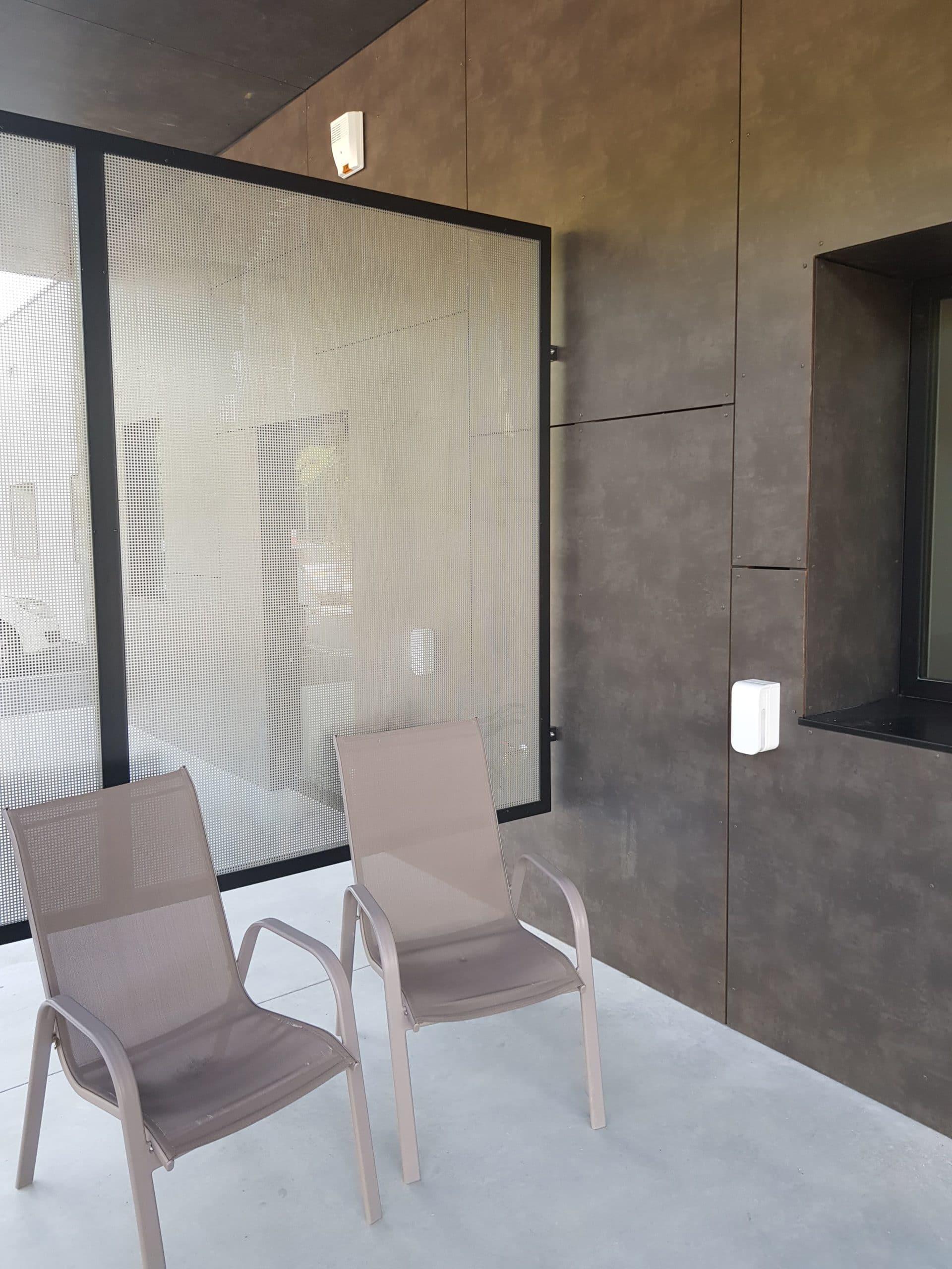 Protection espace détente d'une clinique vétérinaire sur Aix en Provence avec un détecteur linéaire de façade Optex Bxs