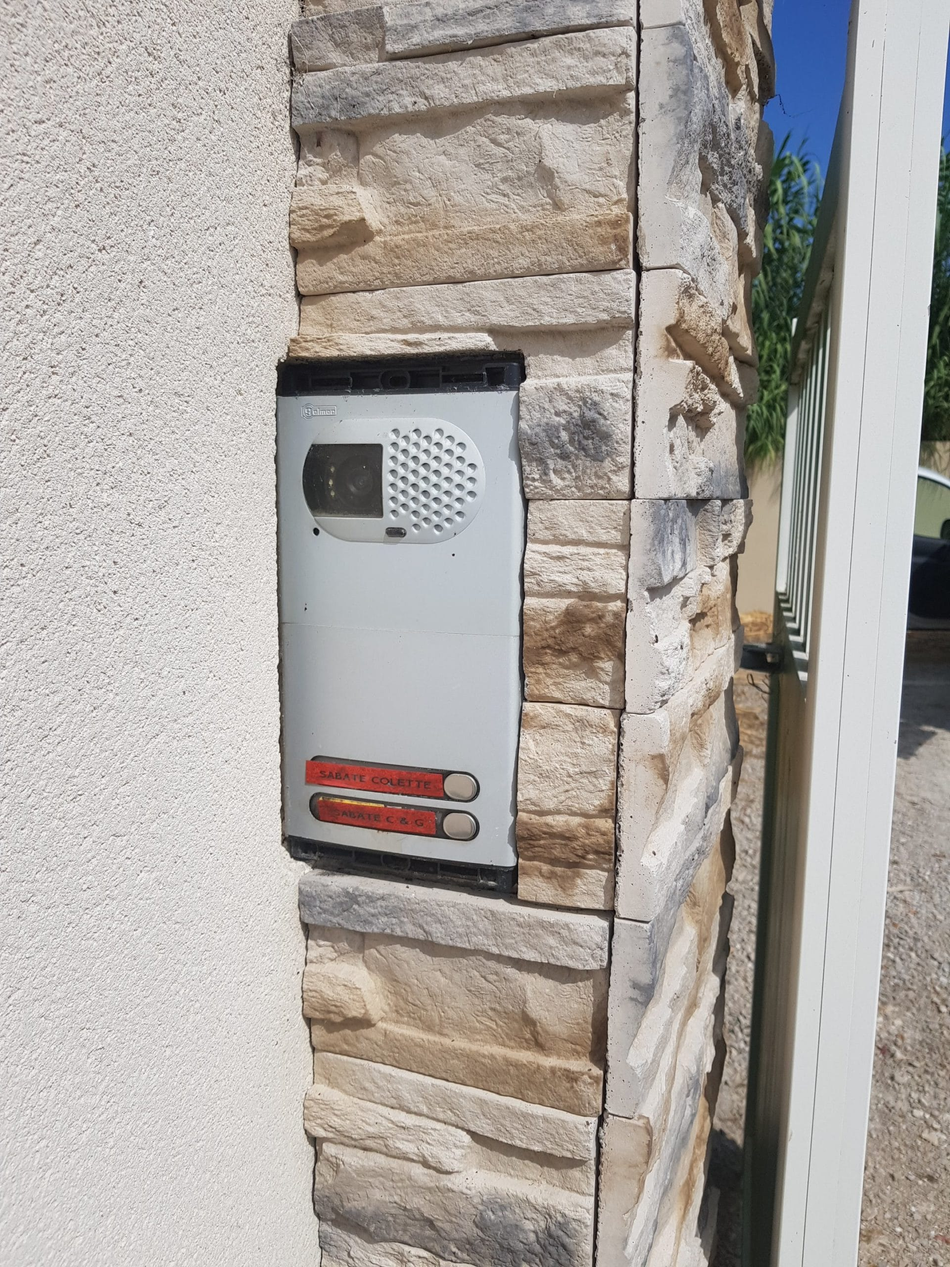 dépose ancien visiophone d'une maison à Lançon de Provence