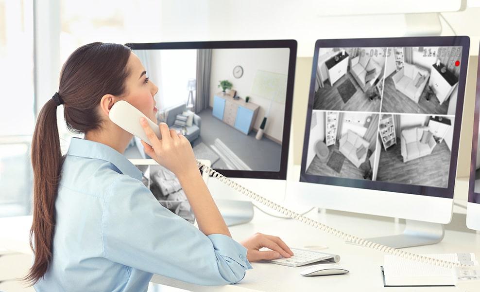 Femme télésurveillance devant un ordinateur