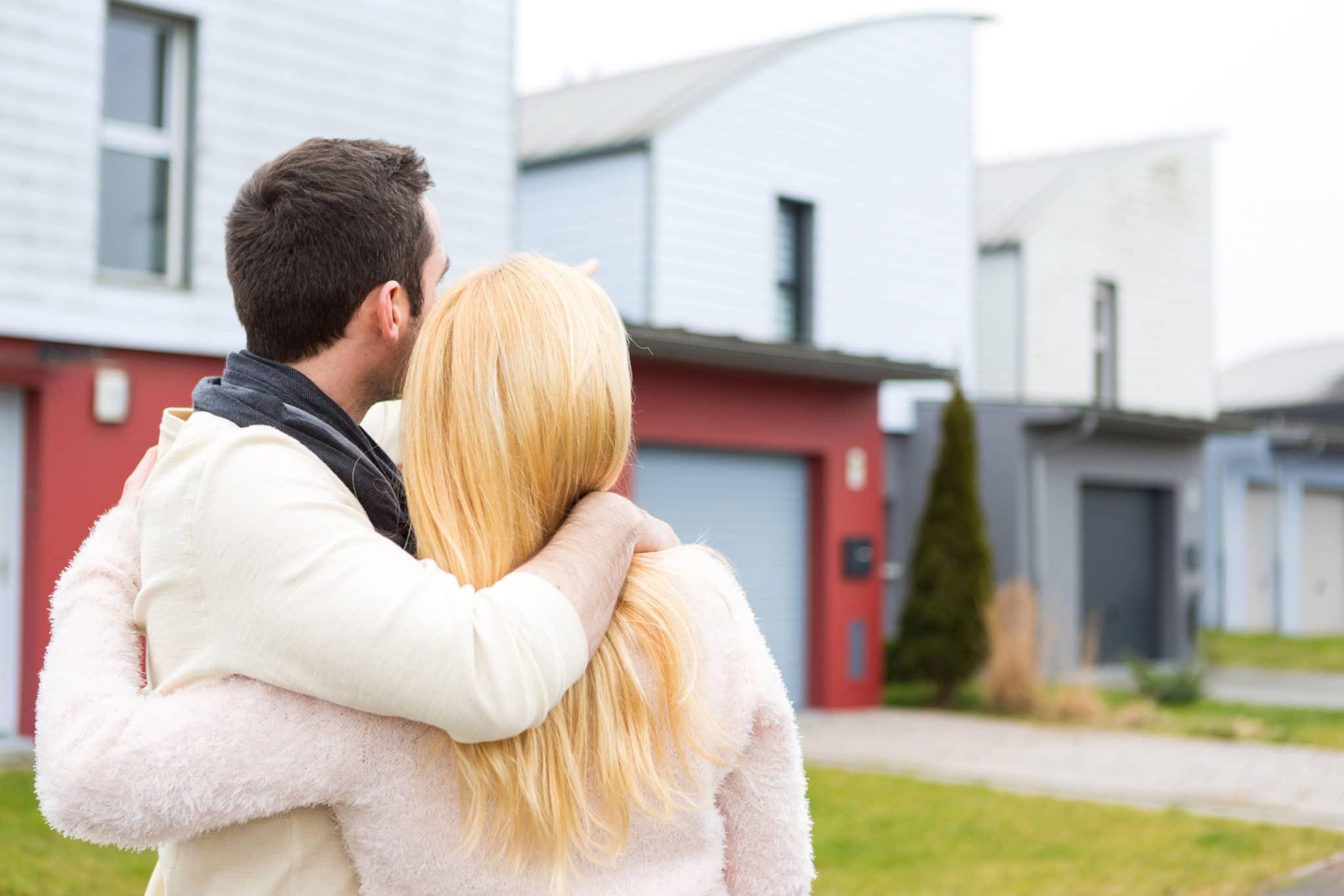 Couple devant maison