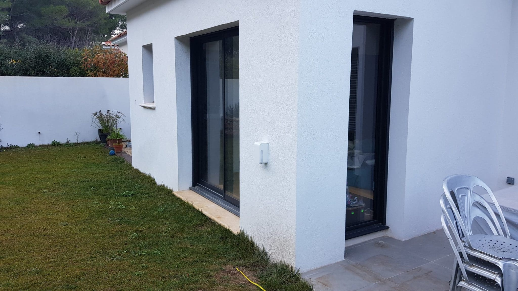 Alarme extérieure pour protéger une baie vitrée coulissante d'une maison à Ventabren