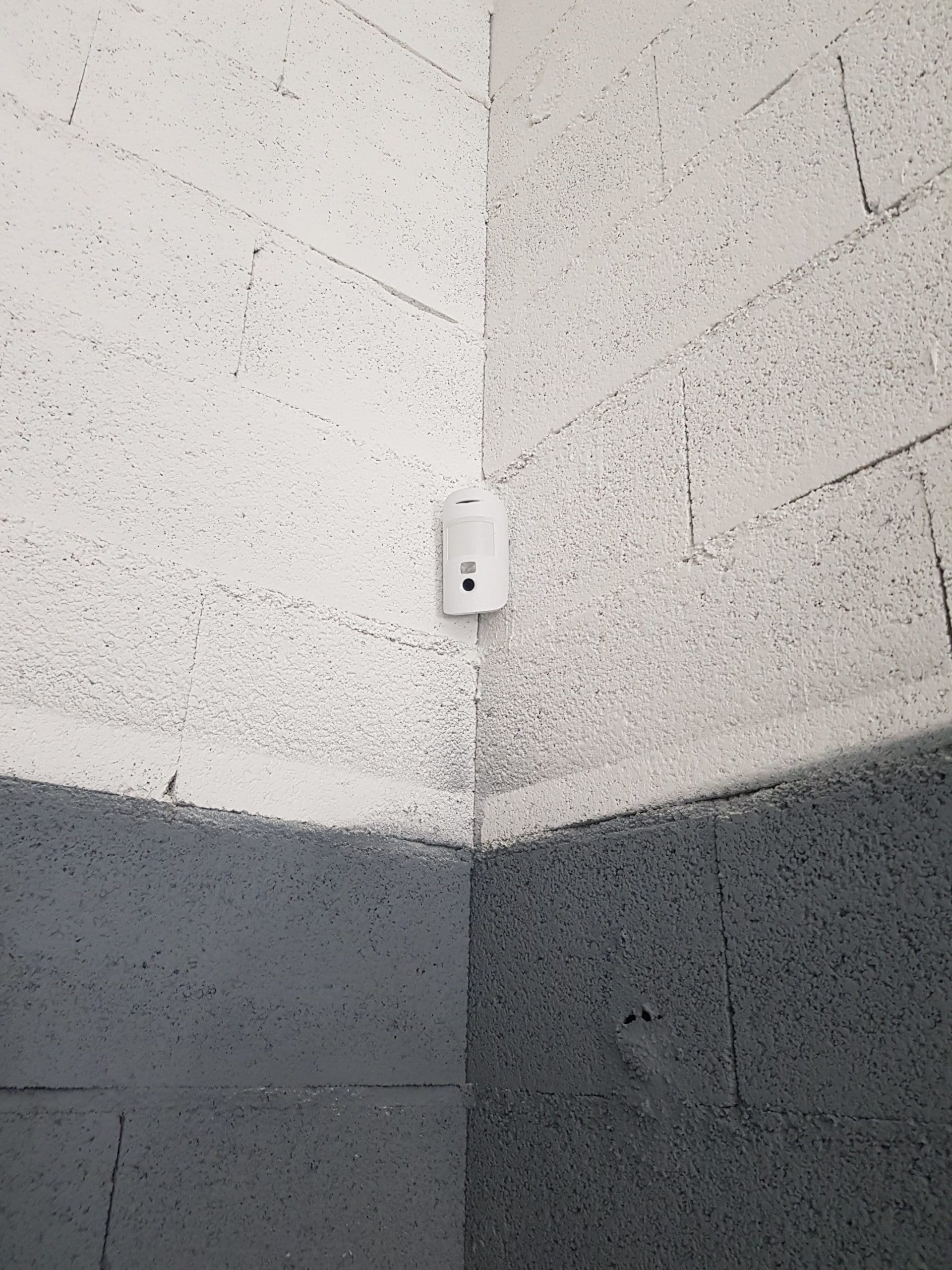 Détecteur de mouvement avec prise photo pour la sécurité d'un atelier de garage proche d'Aix en Provence