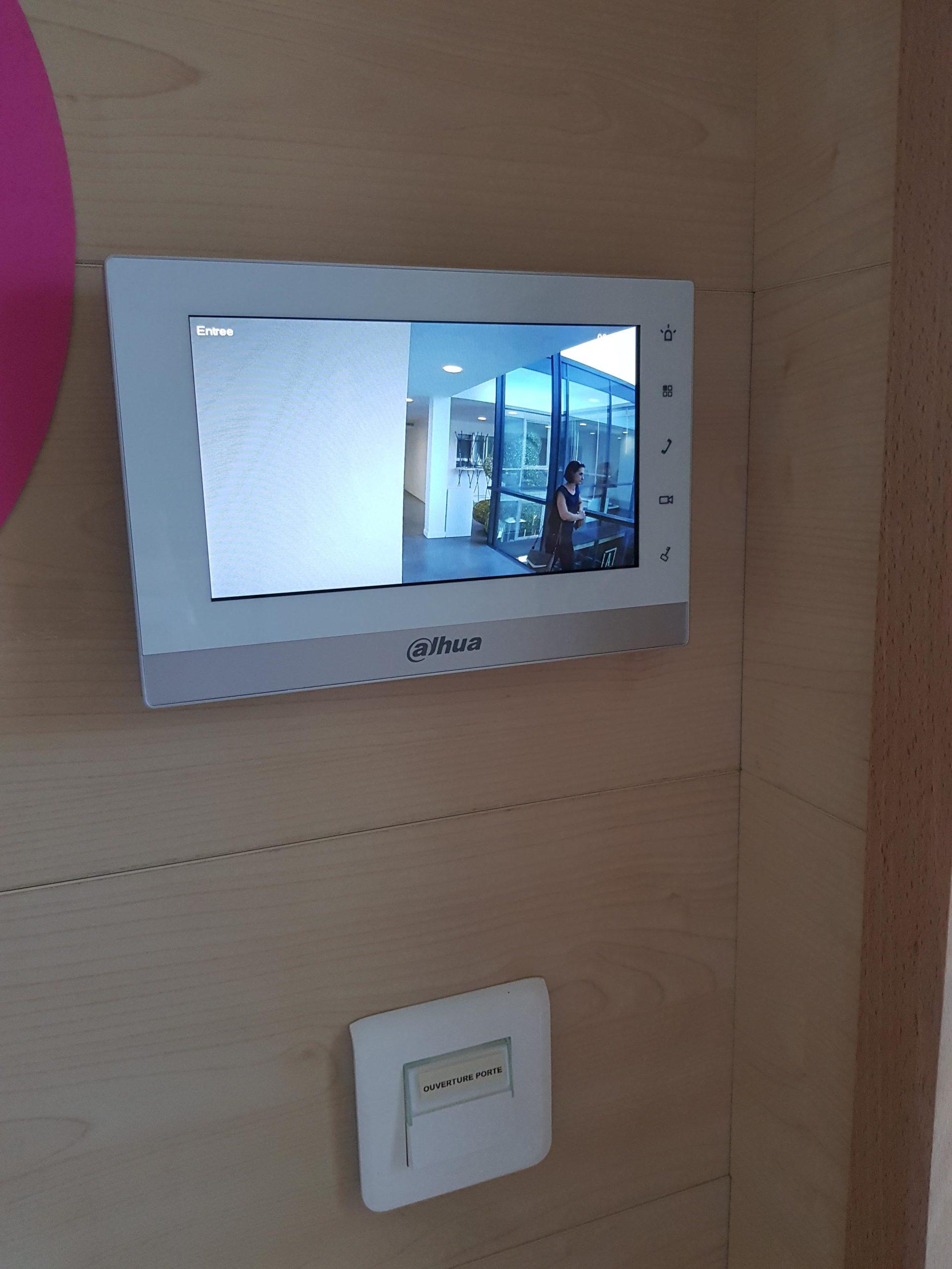 Installation d'un visiophone Dahua et d'un bouton poussoir de sortie pour la crèche du Z5 à Aix Les Milles