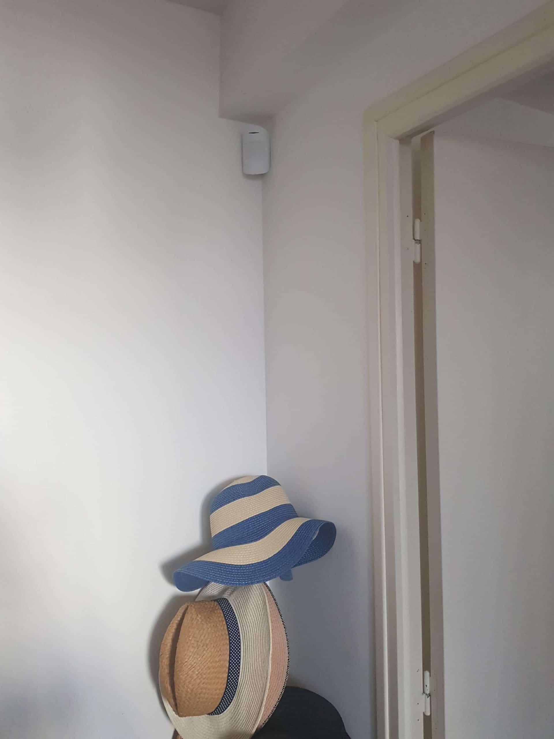 Installation d'une alarme sans fil Ajax avec détecteurs de mouvements et sirène pour un appartement en rez-de-chaussée à Marseille