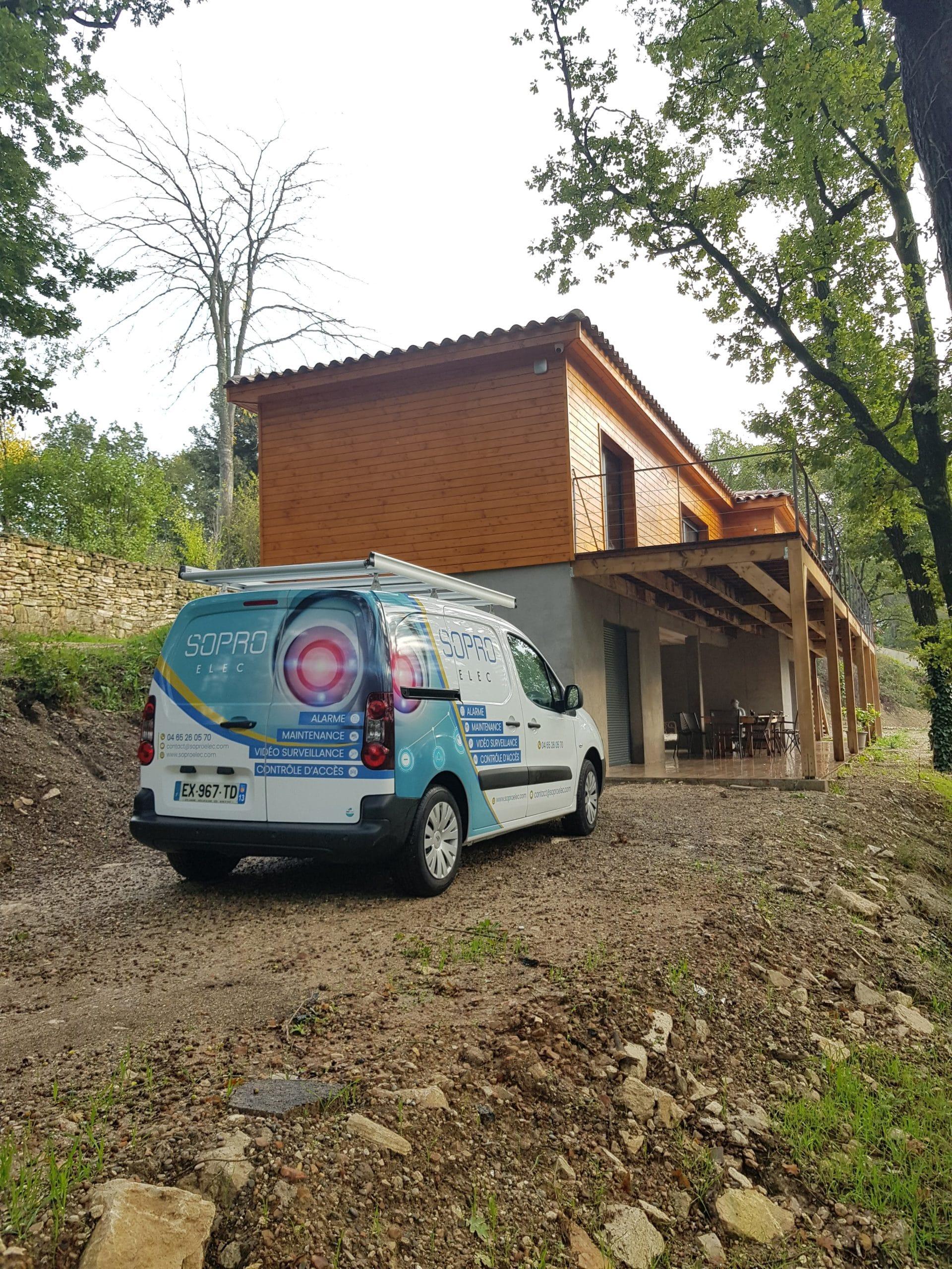 Installation d'alarme et 2 caméras de vidéosurveillance vision nocturne de 50m pour une maison de 2 étages à Eguilles